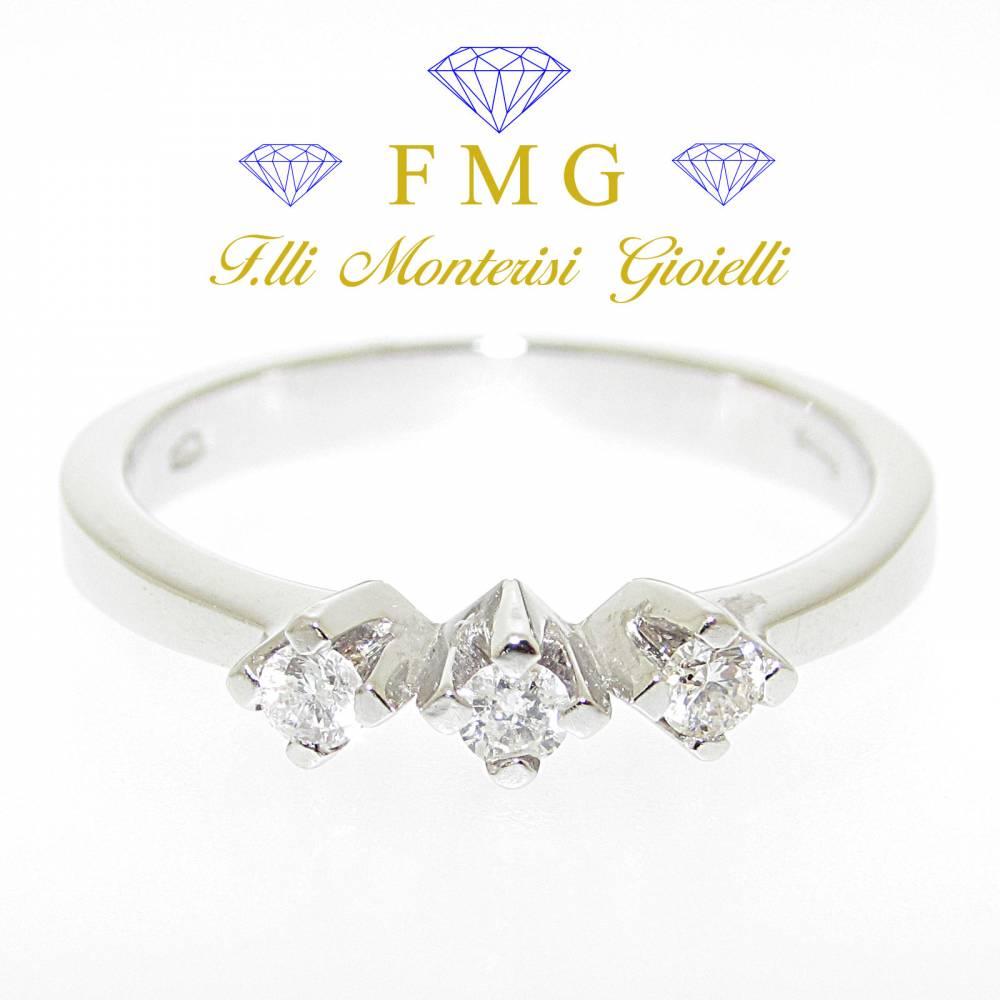 Anello trilogy diamanti rotondo brillante carati 0,15 colore G purezza VS1.